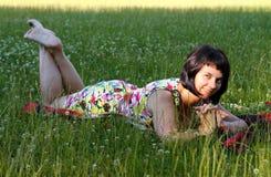 Donna sull'erba Fotografia Stock Libera da Diritti