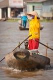 Donna sulla barca vietnamita tradizionale, Mekong D Fotografie Stock Libere da Diritti