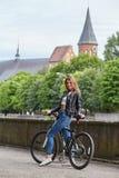 Donna sulla bici immagini stock