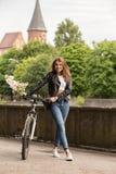 Donna sulla bici fotografie stock