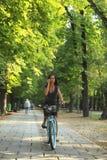 Donna sulla bicicletta di guida del telefono Fotografie Stock