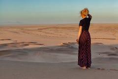 Donna sulla cima della duna immagine stock libera da diritti