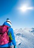 Donna sulla cresta nevosa della montagna Fotografia Stock