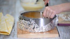 Donna sulla cucina che fa il dolce della mousse Alimento dolce archivi video
