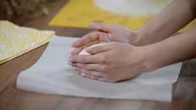 Donna sulla cucina che produce pane stock footage
