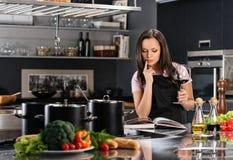 Donna sulla cucina moderna immagine stock libera da diritti
