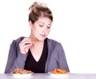 Donna sulla dieta che opera le scelte di cibo Fotografia Stock Libera da Diritti