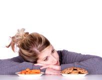 Donna sulla dieta che opera le scelte di cibo immagini stock libere da diritti