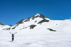 Donna sulla montagna della neve fotografie stock