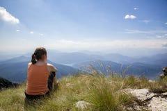 Donna sulla parte superiore della montagna Fotografie Stock Libere da Diritti