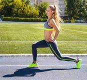 Donna sulla pista dello stadio Allenamento di forma fisica di estate della donna Immagine Stock Libera da Diritti