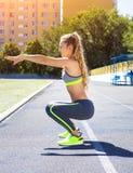 Donna sulla pista dello stadio Allenamento di forma fisica di estate della donna Immagini Stock Libere da Diritti