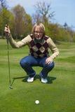 Donna sulla preparazione di terreno da golf Fotografia Stock Libera da Diritti