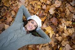 Donna sulla priorità bassa di autunno fotografia stock