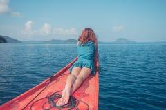 Donna sulla prua della piccola barca Fotografie Stock