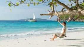 Donna sulla riva di mare tropicale Isole di Similan, Tailandia stock footage