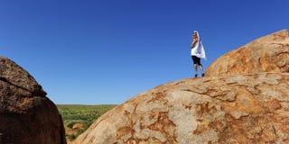 Donna sulla roccia di entroterra Fotografia Stock Libera da Diritti