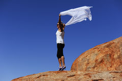 Donna sulla roccia di entroterra Fotografia Stock