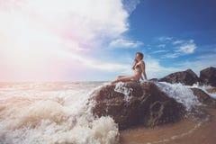Donna sulla roccia in oceano fotografia stock libera da diritti