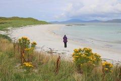 Donna sulla spiaggia abbandonata Fotografia Stock