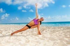 Donna sulla spiaggia con il braccio alto e le gambe diverse Immagine Stock Libera da Diritti