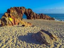 Donna sulla spiaggia rocciosa Fotografia Stock Libera da Diritti