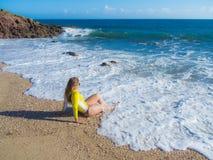 Donna sulla spiaggia rocciosa Immagini Stock
