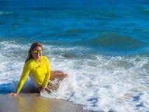 Donna sulla spiaggia rocciosa Immagine Stock Libera da Diritti