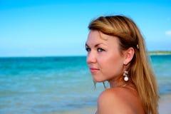 Donna sulla spiaggia tropicale fotografie stock