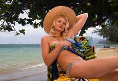 Donna sulla spiaggia tropicale immagine stock