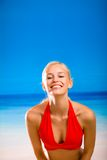Donna sulla spiaggia tropicale del mare Fotografie Stock