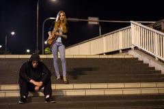 Donna sulla stazione ferroviaria alla notte Fotografie Stock