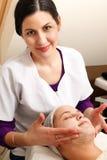 Donna sulla tabella di massaggio Immagine Stock