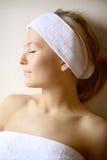 Donna sulla Tabella di massaggio Immagini Stock