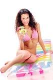 Donna sulla tazza della holding del materasso di aria della frutta fotografia stock libera da diritti