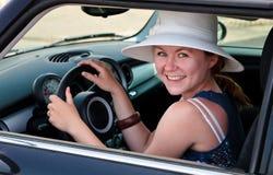 Donna sulla vacanza che conduce un'automobile   Fotografia Stock