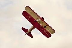 Donna sulle acrobazie aeree dell'ala Immagini Stock