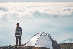 Donna sulle nuvole nebbiose sole della scogliera della montagna Fotografie Stock Libere da Diritti