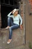 Donna sulle rovine Fotografie Stock