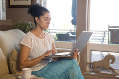 Donna sullo strato con il computer portatile Immagine Stock Libera da Diritti