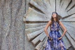 Donna in sundress alla parete di pietra Fotografia Stock Libera da Diritti