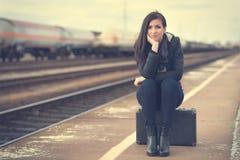 Donna sveglia alla stazione ferroviaria Fotografia Stock Libera da Diritti