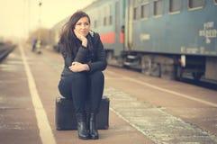Donna sveglia alla stazione ferroviaria Fotografie Stock Libere da Diritti