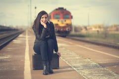 Donna sveglia alla stazione ferroviaria Fotografia Stock