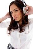 Donna sveglia che ascolta la musica con le cuffie Fotografie Stock