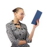Donna sveglia che legge un libro Fotografia Stock