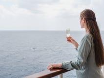 Donna sveglia che tiene un bello vetro di champagne fotografia stock libera da diritti