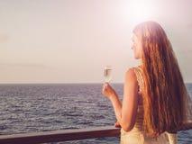 Donna sveglia che tiene un bello vetro di champagne fotografia stock