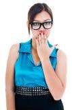 Donna sveglia con la mano sulla bocca Immagine Stock
