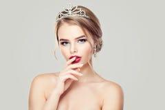 Donna sveglia in corona dei diamanti fotografia stock